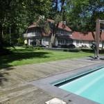Zicht over zwembad in tuin te Bosch en Duin.