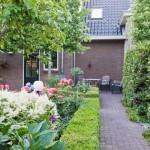 Vaste planten borders in tuin te Aarlanderveen