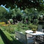 Nieuw terras in tuin te Aarlanderveen